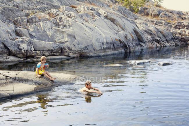 Jungen schwimmen im Meer, selektiver Fokus — Stockfoto