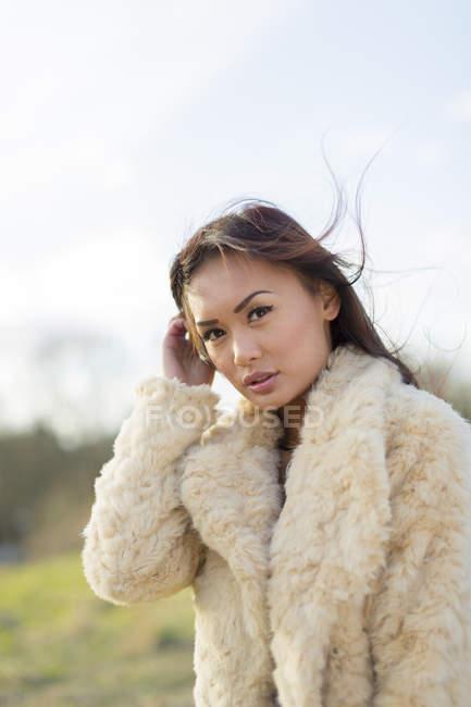 Donna attraente che indossa pelliccia, concentrarsi sul primo piano — Foto stock