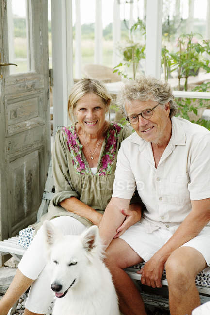 Ritratto di coppia anziana sorridente, concentrazione selettiva — Foto stock