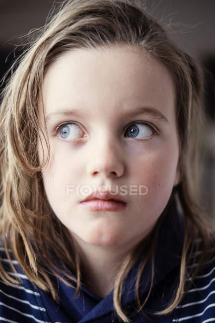 Retrato de chica con el pelo castaño mirando hacia otro lado - foto de stock