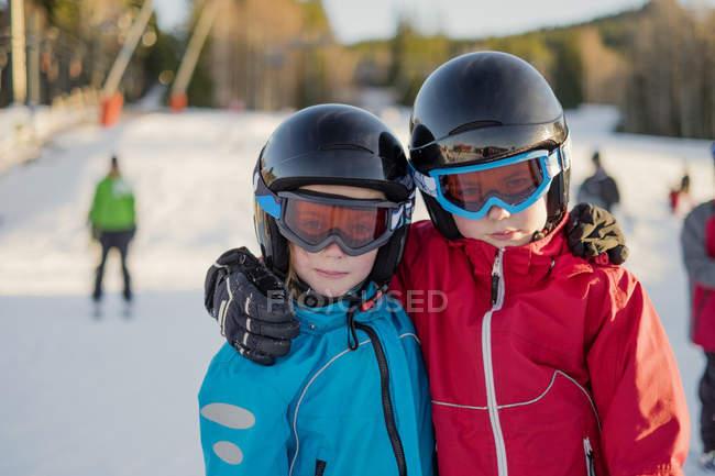 Retrato de menino e menina em capacetes de segurança, foco em primeiro plano — Fotografia de Stock