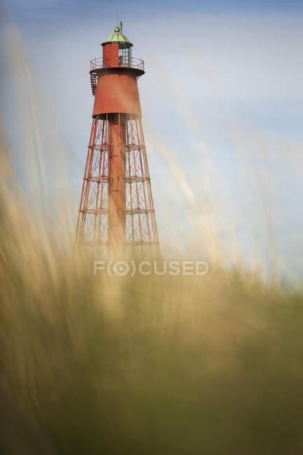 Vista de ângulo baixo do farol, foco em plano de fundo — Fotografia de Stock