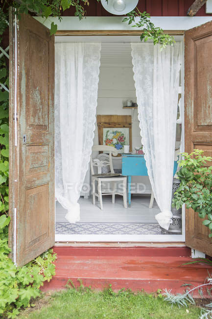 Offene Holztür des Gartenhauses — Stockfoto