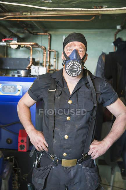 Ritratto di spazzacamino in maschera antigas guardando la macchina fotografica — Foto stock