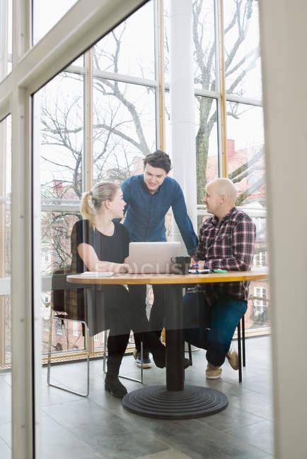 Lavoratori d'ufficio che discutono in ufficio, focus selettivo — Foto stock