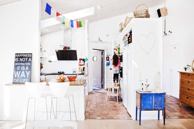 Интерьер дома с девушкой, заходящей в кабинет — стоковое фото