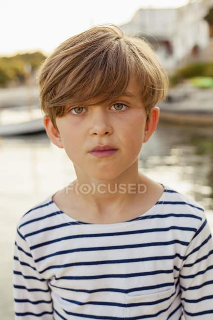 Портрет серйозні хлопчик, вибіркове фокус — стокове фото