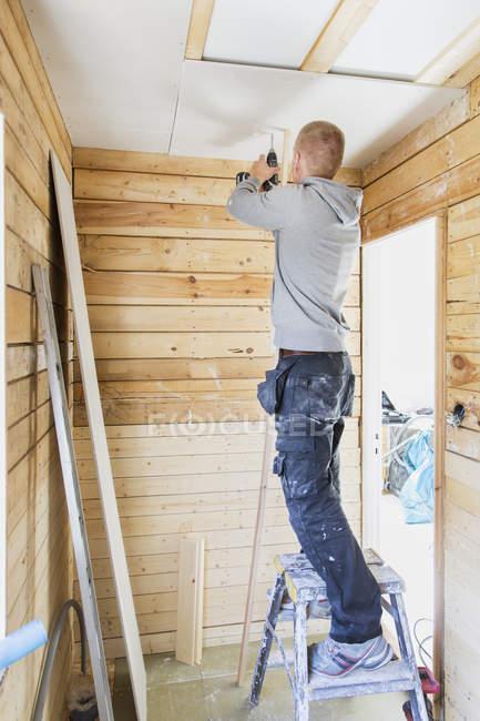 Строитель ремонта потолка, выборочная ориентация — стоковое фото