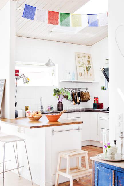Домашний интерьер, вид белого Домашняя кухня — стоковое фото