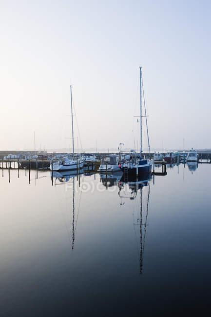 Vista del puerto deportivo con veleros amarrados al atardecer - foto de stock