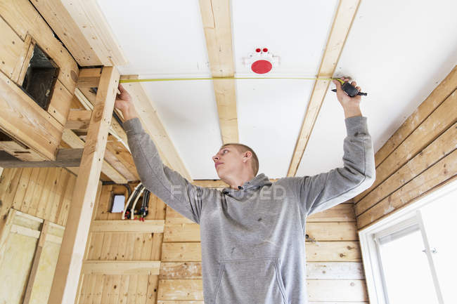 Construction worker working with tape measure — Stock Photo