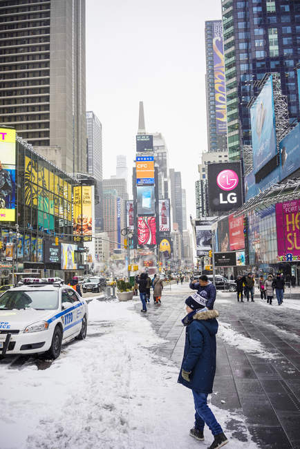 Garçon sur Times Square à New York City — Photo de stock