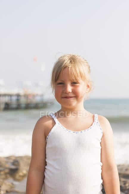 Портрет Блондинка Дівчинка біля узбережжя, вибіркове фокус — стокове фото