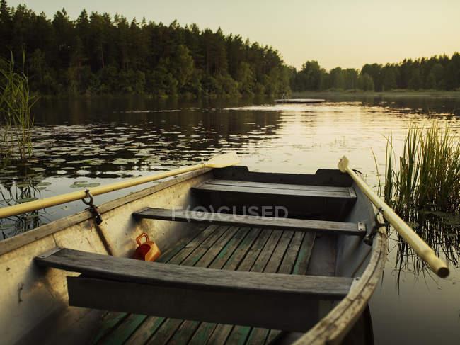 Vista panorâmica de barco de madeira no lago — Fotografia de Stock
