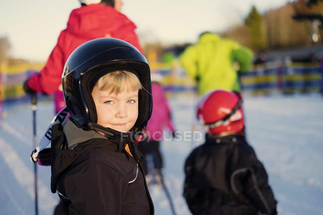 Retrato de menina sorrindo na pista de esqui, foco em primeiro plano — Fotografia de Stock