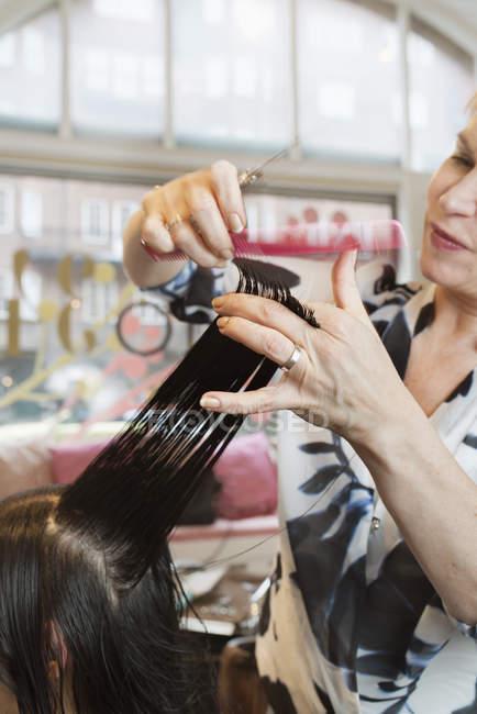 Перукарня різання клієнтами волосся, вибіркове фокус — стокове фото