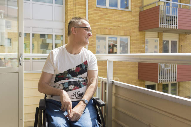 Mann im Rollstuhl schaut weg, differenzierter Fokus — Stockfoto