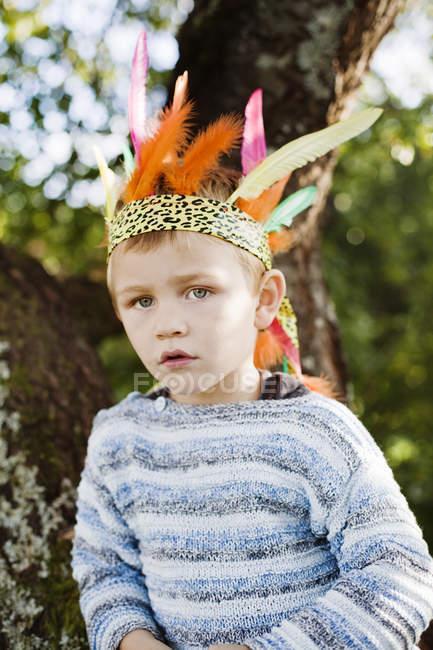 Портрет хлопчика одягнений корони, зосередити увагу на передньому плані — стокове фото