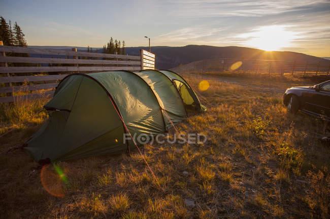 Vista panorâmica da tenda verde ao pôr do sol — Fotografia de Stock