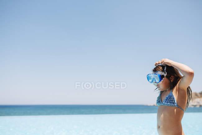 Вид збоку дівчата в Купальники проти синього неба — стокове фото