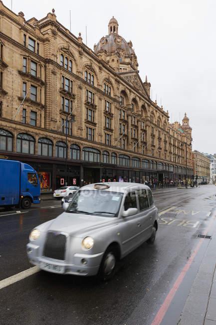 Мбаппе на улице в Лондоне, выборочное внимание — стоковое фото