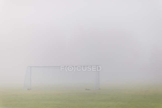 Fußballplatz bedeckt im Nebel, Nordeuropa — Stockfoto