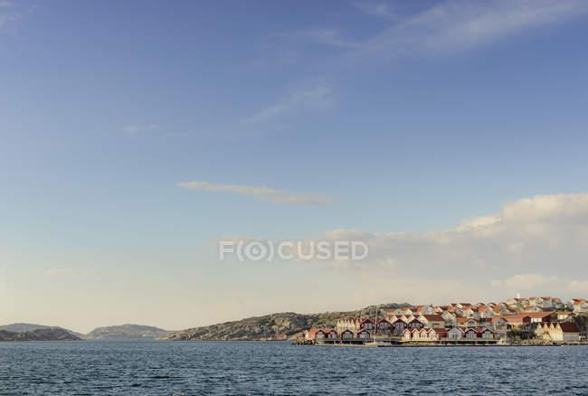 Vista da beira-mar da vila na costa oeste sueca — Fotografia de Stock