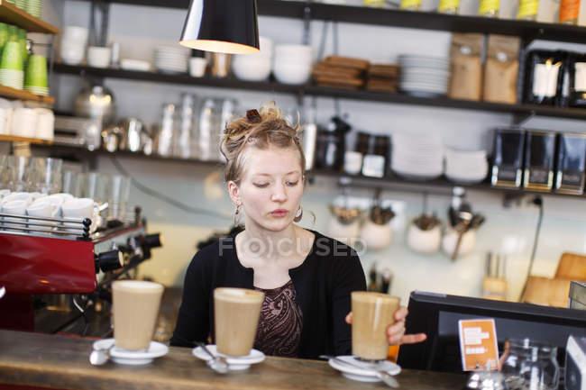 Retrato de barista trabalhando, foco diferencial — Fotografia de Stock