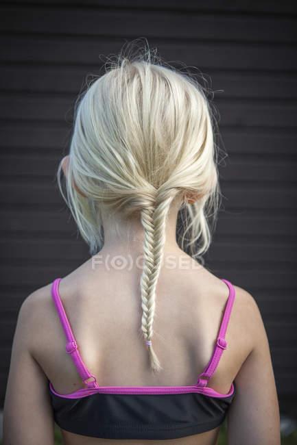 Вид сзади девочка с Плетеный волос, выборочный фокус — стоковое фото