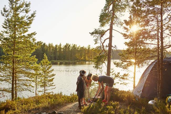 Familiencamping am Fluss, selektiver Fokus — Stockfoto