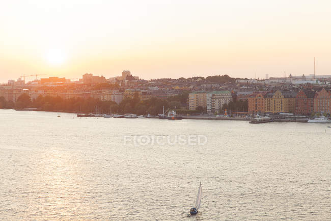 Hafenviertel am Sonnenuntergang, Gebäude-Fassade im Hintergrund — Stockfoto