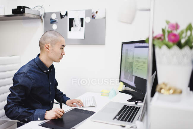 Freelancer working office, differential focus — Stock Photo