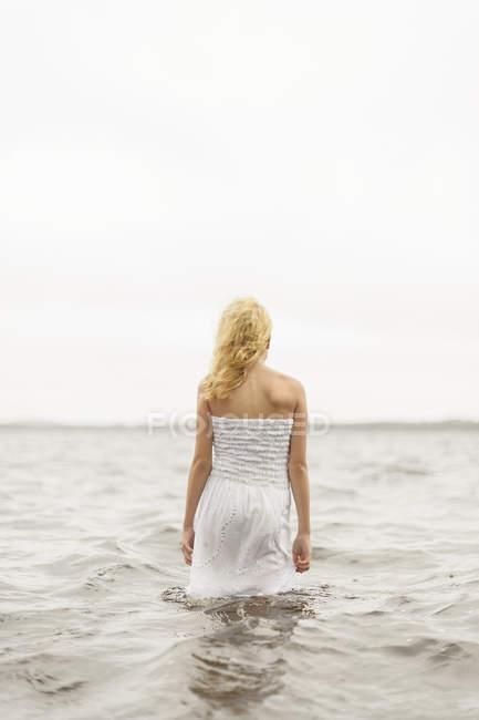 Garota de pé na água, foco diferencial — Fotografia de Stock