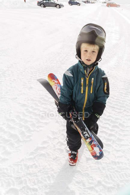 Boy holding skis on snow in Vemdalen, Sweden — Foto stock