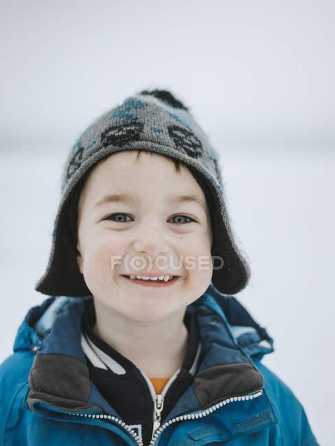 Portrait de garçon souriant, mise au premier plan — Photo de stock