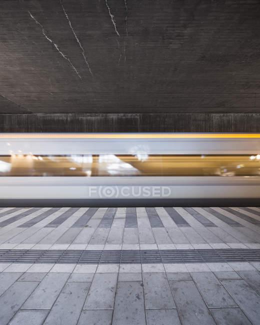 Внутренняя часть вокзала, размытое движение — стоковое фото