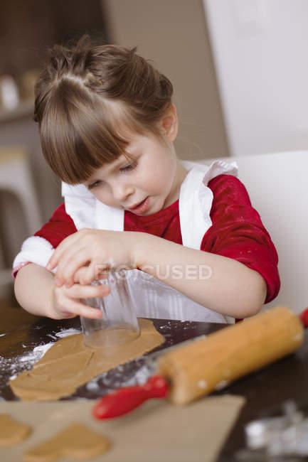 Girl making gingerbread cookies, rear view — Foto stock