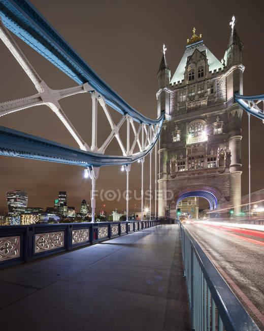 Passerelle piétonne du Tower Bridge dans la ville de Londres la nuit — Photo de stock