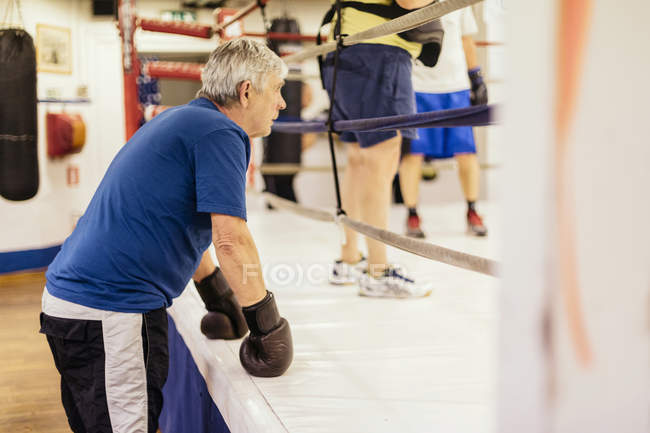 Homme senior à orientation formation sélective de boxe — Photo de stock
