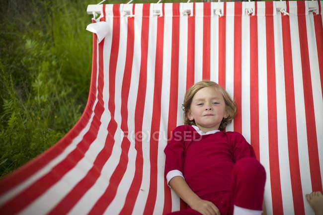 Junge in gestreifter Hängematte, selektiver Fokus — Stockfoto