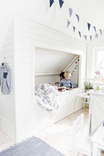 Jungen und Mädchen lesen Bücher im Schlafzimmer, selektiver Fokus — Stockfoto