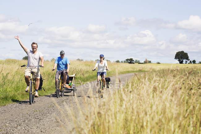 Семейный велоспорт в Вен, Швеция — стоковое фото
