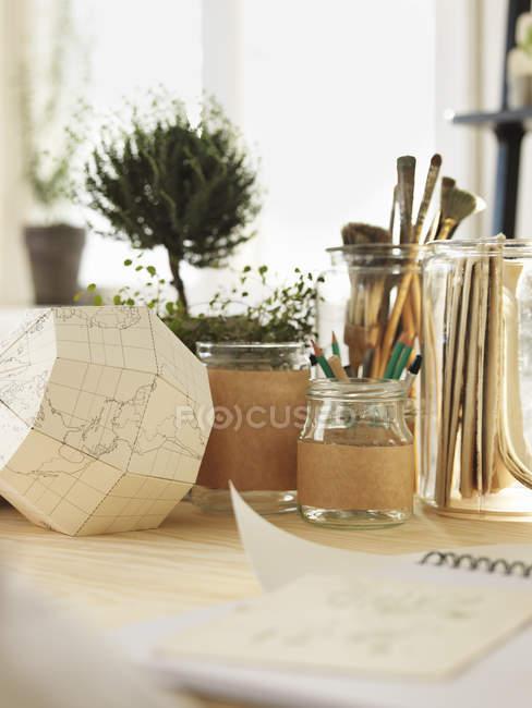 Close-up da Globo de papel na mesa, foco diferencial — Fotografia de Stock