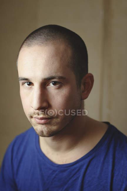 Ritratto di uomo con stoppia che guarda l'obbiettivo — Foto stock