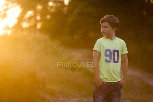 Мальчик, глядя на лес, выборочный фокус — стоковое фото