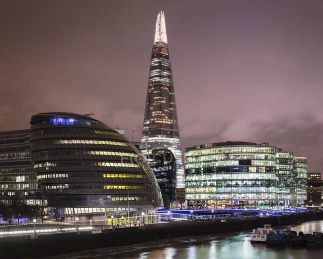 Hôtel de ville illuminé et gratte-ciel Shard à Londres la nuit, Angleterre — Photo de stock