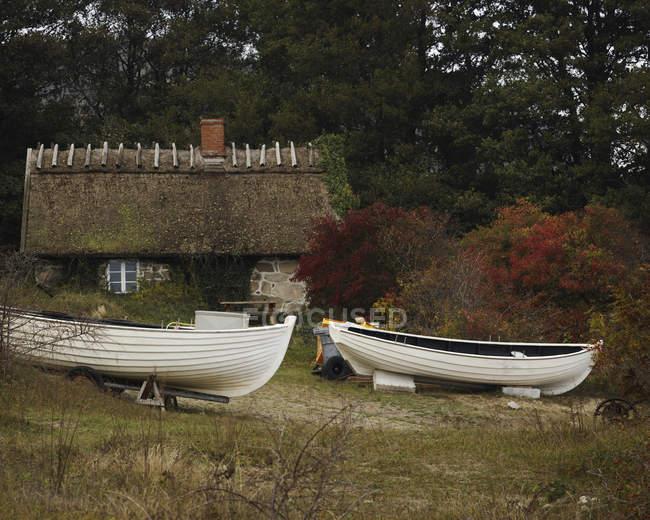 Alte Hütte und Boote, Stenshuvud Nationalpark — Stockfoto
