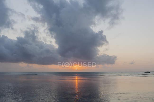 Malerischer Blick auf den Sonnenuntergang über dem Meer in Kenia — Stockfoto