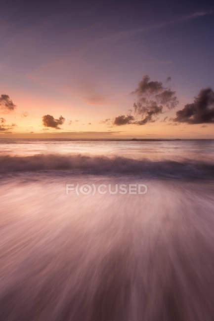 Vista panorâmica da praia ao pôr do sol no Quênia, África — Fotografia de Stock