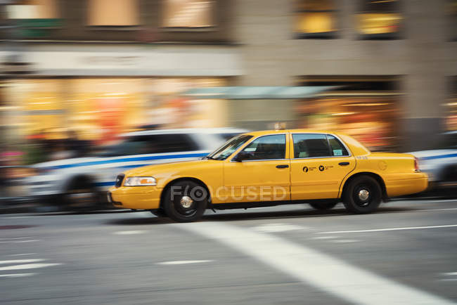 Gelbes Taxi in New York City, Bewegungsunschärfe — Stockfoto